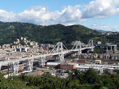 <p><strong>8a. </strong>Polcevera Köprüsü  yıkılmadan önce. Polcevera köprüsü, demir yolu hattının yanı sıra oldukça yoğun  bir endüstriyel ve konut alanının tam da üzerinden geçmekteydi.<br />   Kaynak: retrofutur.org</p>