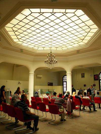 <p><strong>8a.</strong> Ziraat Bankası  Kütahya Şube Binasının iç mekân fotoğrafları<br />   Kaynak:  Fotoğraflar yazara aittir.</p>