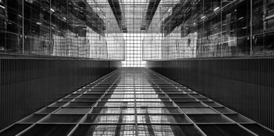 <p><strong>8a.</strong> Yapının içindeki atrium<br />   Fotoğraf: Cemal Emden</p>