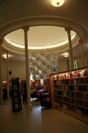 <p><strong>8b.</strong> Eski Kütüphane  Binası<br />  Kaynak:  URL1.<br />  Fotoğraf:  Feride Önal</p>