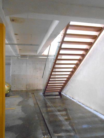 8b. Reefloft'ta ahşap malzeme kullanımı, geçirgen duvar yüzeyleri ve her kotta yinelenen merdiven çözümü.