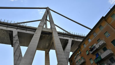 <p><strong>8b. </strong>Polcevera Köprüsü  yıkılmadan önce. Polcevera köprüsü, demir yolu hattının yanı sıra oldukça yoğun  bir endüstriyel ve konut alanının tam da üzerinden geçmekteydi.<br />   Kaynak: retrofutur.org</p>