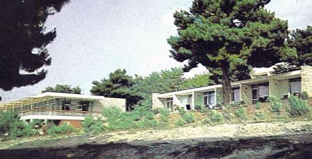 Resim 9. Çanakkale Tusan Motel, solda giriş ve restoranın bulunduğu kütle, sağda konaklama birimlerinin bulunduğu kütle; 1960'lar sonu (Kaynak: Ergül Arşivi)