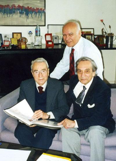<p><strong>9. </strong>Doğan Hasol ve  Radi Birol ile birlikte, 4 Nisan 2003<br />  Kaynak: Mimarlar Odası İstanbul BK Şubesi Arşivi</p>