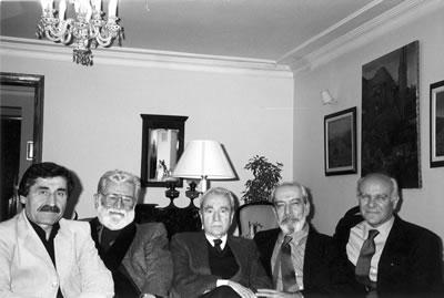 <p><strong>Resim 9.</strong> Mimarlık Vakfı üyelerinin, Önalın geçirdiği by-pass  sonrası geçmiş olsun ziyareti, Kuzguncuk, İstanbul, 2002. (Soldan sağa) Ali  Rüzgâr, Cengiz Bektaş, Maruf Önal, Engin Omacan, Doğan Hasol.<br />   Kaynak:  Mimarlar Odası İstanbul BK Şener Özler Arşiv ve Dokümantasyon Merkezi</p>