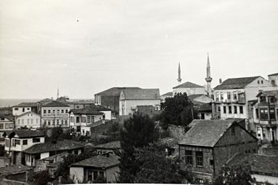 <p><strong>9.</strong> Geleneksel Trabzon evlerinden görünüm<br />   Kaynak: Mualla Eyüboğlu Anhegger arşivi</p>