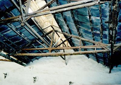 <p><strong>9.</strong> Onarım öncesi üst örtüyü taşıyan ahşap makaslar<br />   Kaynak:  SAYKA İnşaat Mimarlık Mühendislik</p>