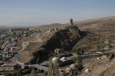 <p><strong>9.</strong> İnsanlık Anıtı, Üçler Tepesi  yamacındaki korugan ve kafeterya inşaatıyla birlikte, Eylül 2009</p>
