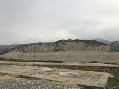 <p><strong>9.</strong> Yukarı Hasankeyf ve Mağara Yerleşimleri, 2018<br />   Kaynak: Berçem Kaya</p>