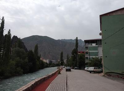 <p><strong>9.</strong> Barhal Çayı kuzey kesimi sağ ve sol  sahilindeki yapılar ve bahçeler <br />   Kaynak: Ersin Türk kişisel  arşivi </p>