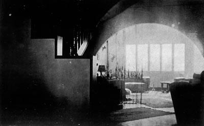 <p><strong>9.</strong> Maçka da İzzet Bey  Evi, holden salon ve yemek odası. Resim 8 ve 9 daki her iki yapıda da iç mekân  kurgusu ve pencere boyutları - biçimlerinin benzerliği  dikkat çekicidir.<strong></strong><br /> Kaynak: <strong>Arkitekt</strong>, sayı:1932-04 (16), s.101.</p>