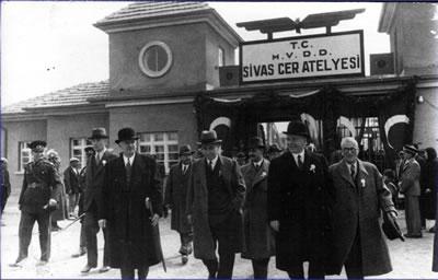 <p><strong>9. </strong>TÜDEMSAŞ Kampüsü Özgün Nizamiye Kapısı ve Cer  Atelyesi'nin açılışından bir kare, 1939 <br />   Kaynak: TÜDEMSAŞ  arşivi</p>