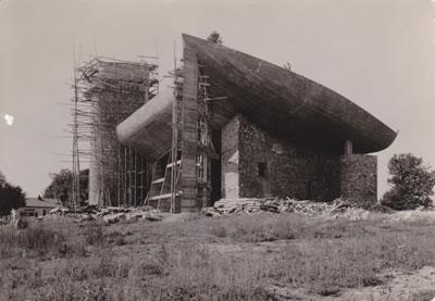 <p><strong>9.</strong> 20. yüzyılın önde gelen mimarlık başyapıtı Roncamp Şapeli inşaat  sırasında, 1954</p>