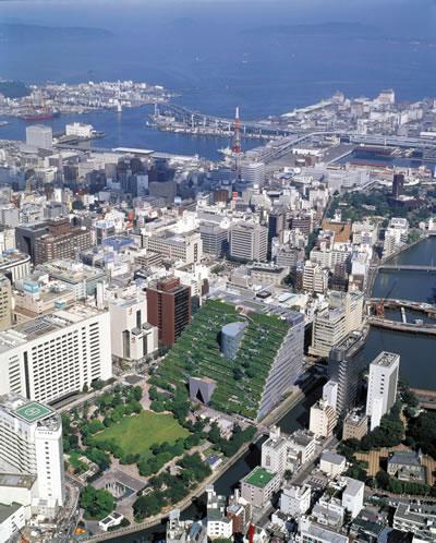 <p><strong>9.</strong> Fukuoka Belediye Binası ve yeşil çatı uygulamasının  kentin içindeki genel görünümü<br />(Kaynak: URL6.) </p>