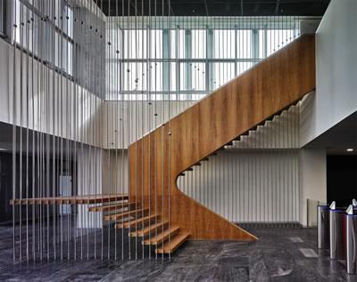 <p><strong>9a.</strong> Yapının farklı kotlarla ilişkilenen iki ayrı giriş katını bağlayan merdiven<br />   Fotoğraf: Cemal Emden<br />