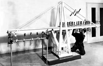 <p><strong>9b.</strong> Polcevera Köprüsü nün iskele kullanmadan  yapılışı, Polcevera Köprüsü'nün laboratuar ortamında yapılan yükleme testleri<br /> Kaynak: Sixxi </p>