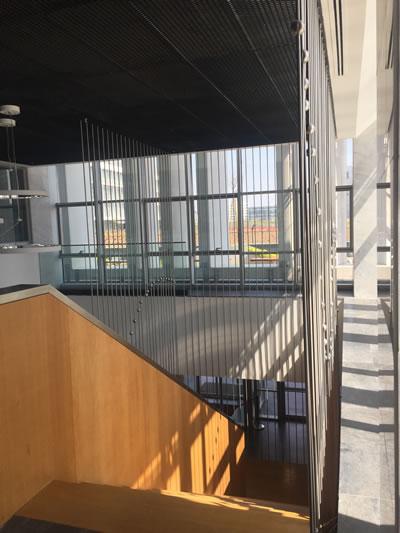 <p><strong>9b.</strong> Yapının farklı kotlarla ilişkilenen iki ayrı giriş katını bağlayan merdiven<br />   Fotoğraf: Funda Uz</p>