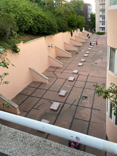 <p><strong>9b. </strong>Botanik Apartmanı, alt teras<br />Fotoğraf: M. Haluk Zelef
