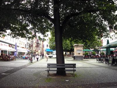 <p><strong>11.</strong> Koblenz Am Plan Meydanı ve halkın meydanda para ödemek zorunda kalmadan dinlenebileceği  tek bank (!)<br /> Fotoğraf:  D. Darby</p>