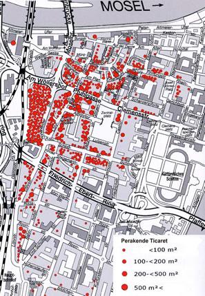 <p><strong>6. </strong>Koblenz  merkez alanda perakende ticaretin dağılımı 2009. Perakende ticaretin Löhr  Caddesi&rsquo;nin kuzey yarısında ve caddenin batısındaki Löhr-Center Alişveriş  Merkezi&rsquo;nde yoğunlaştığı açıkça görülmektedir.<br />  Kaynak:  Koblenz Belediyesi, 2012&rsquo;den düzeltmelerle</p>