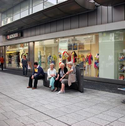 <p><strong>8. </strong>Löhr  Caddesi kent mobilyası uygulamaları <br />Fotoğraf: D. Darby</p>