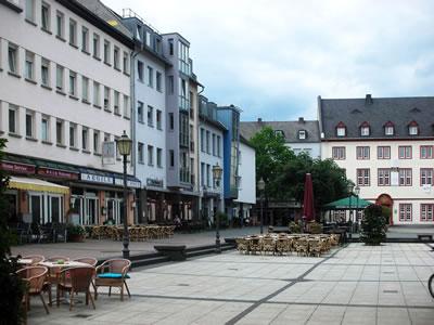 <p><strong>9b. </strong>Löhr  Caddesi&rsquo;nin Münz Meydanı&rsquo;na açıldığı nokta, resmin sağında &ldquo;Pazarcı Kadın ve Zabıta&rdquo;  heykeli görülmekte, solda Münz Meydanı&rsquo;ndaki yeme-içme mekânları <br />Fotoğraflar: D. Darby</p>