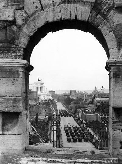 """<p><strong>3.</strong> Hitlerin 6 Mayıs 1938 deki Roma ziyareti  için Via dell Impero üzerinde düzenlenen törenden bir kesit. Resim 2 ile hemen hemen aynı açı ile  çekilen bu fotoğraf, yıkımların boyutuna ve yapılış amacına ışık tutuyor. <br /> Fotoğraf:  Edoardo D"""" c'Accurso, Luce Enstitüsü Arşivi.</p>"""