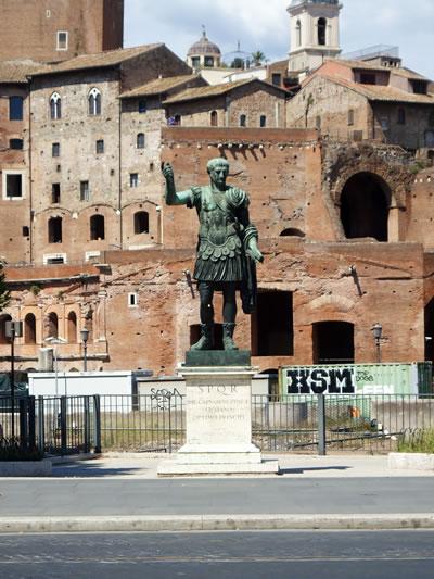 <p><strong>4.</strong> İmparator Trajana ait heykel replikası, 2018. Forum  alanında ortaya çıkarılan ve tören yolu üzerine replikaları yerleştirilen diğer  heykeller İmparator Sezar, Augustus ve Nervaya ait.<br /> Fotoğraf:  Mustafa Sayan</p>