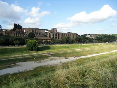 """<p><strong>7.</strong> İstanbuldaki  Hipodromun esin kaynağı olarak sayılabilecek Circo Massimonun bugünkü durumu,  2018. Antik yapıya ait gabarilerin korunarak geniş bir park halinde kentliye  sunulduğu bu alan, arka planındaki Palatino tepesinde yer alan saray  kalıntıları ile birlikte, """"aracısız"""" bir arkeolojik deneyim yaşatan başarılı  bir peyzaj düzenlemesi olarak görülebilir.<br /> Fotoğraf:  Mustafa Sayan</p>"""