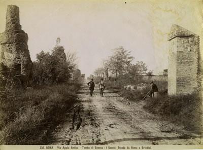 <p><strong>8.</strong> Via Appianın 19. yüzyıldaki durumunu gösteren  eski bir arşiv fotoğrafı. <br /> Kaynak: İtalya  Kültürel Varlıklar ve Etkinlikler Bakanlığı, tarihî fotoğraf arşivi (ICDD – Museo  Archivio di Fotografia Storica, Fondo Becchetti)</p>