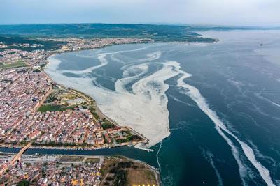 <p><strong>1.</strong> Marmara Denizi'nde görülen müsilaj  sorunu, çevrenin korunması konusunda daha köklü adımların atılması gerektiğini  gösterdi<br /> Fotoğraf: DHA</p>