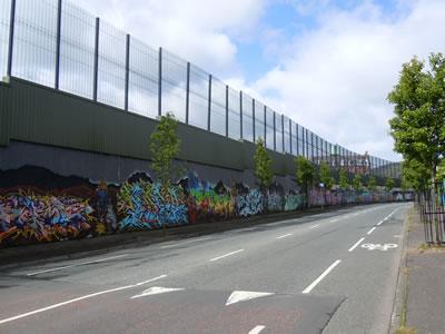 <p><strong>Resim 2(b)</strong>. Barış  duvarlarından görüntüler<br />Fotoğraf:  Gizem Caner <br />